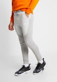 Nike Sportswear - TECH - Jogginghose - smoke grey/pure platinum - 0