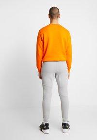 Nike Sportswear - TECH - Jogginghose - smoke grey/pure platinum - 2