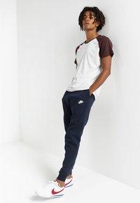 Nike Sportswear - TECH - Pantalon de survêtement - dark blue, white - 1