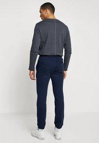 Nike Sportswear - CLUB CUFFED PANT - Træningsbukser - obsidian/white - 2