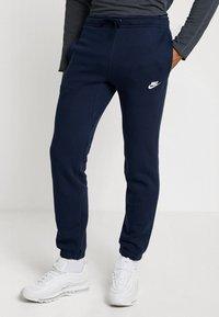 Nike Sportswear - CLUB CUFFED PANT - Træningsbukser - obsidian/white - 0