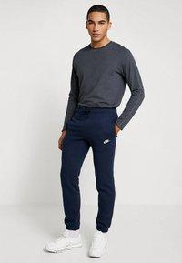 Nike Sportswear - CLUB CUFFED PANT - Træningsbukser - obsidian/white - 1
