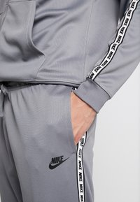 Nike Sportswear - POLY - Verryttelyhousut - cool grey/black - 3