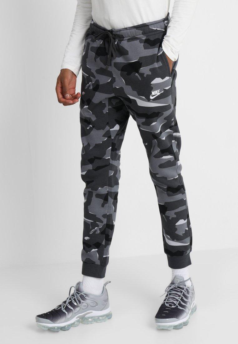 Nike Sportswear - CLUB CAMO - Jogginghose - cool grey/anthracite/white