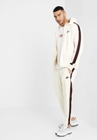 Nike Sportswear - PANT TRIBUTE - Träningsbyxor - light cream/sail - 1