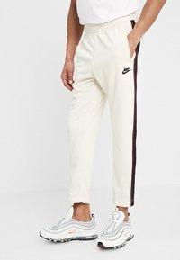 Nike Sportswear - PANT TRIBUTE - Träningsbyxor - light cream/sail - 0