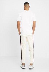 Nike Sportswear - PANT TRIBUTE - Träningsbyxor - light cream/sail - 2