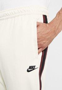 Nike Sportswear - PANT TRIBUTE - Träningsbyxor - light cream/sail - 3