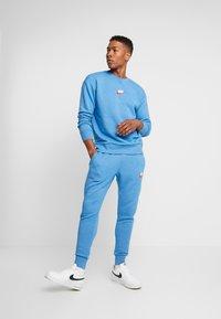 Nike Sportswear - HERITAGE - Tracksuit bottoms - battle blue - 1