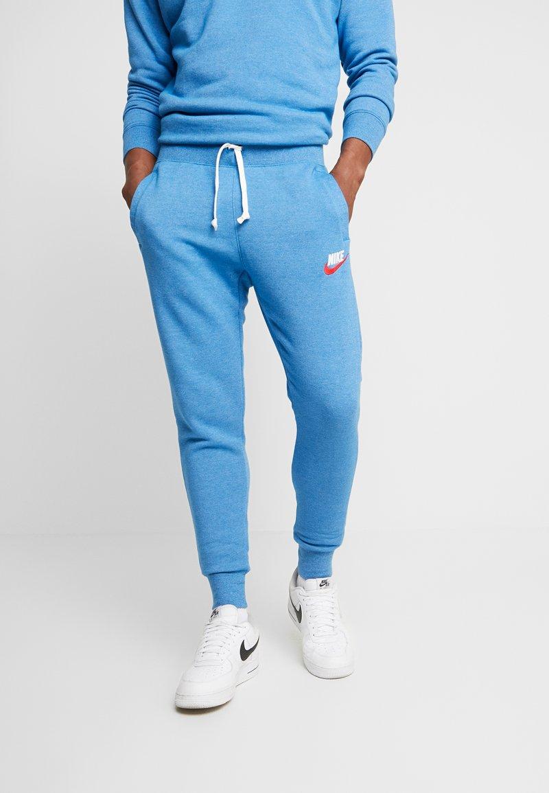 Nike Sportswear - HERITAGE - Pantalones deportivos - battle blue
