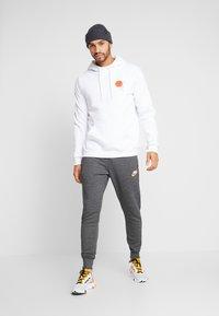 Nike Sportswear - HERITAGE - Pantalon de survêtement - black heather - 1