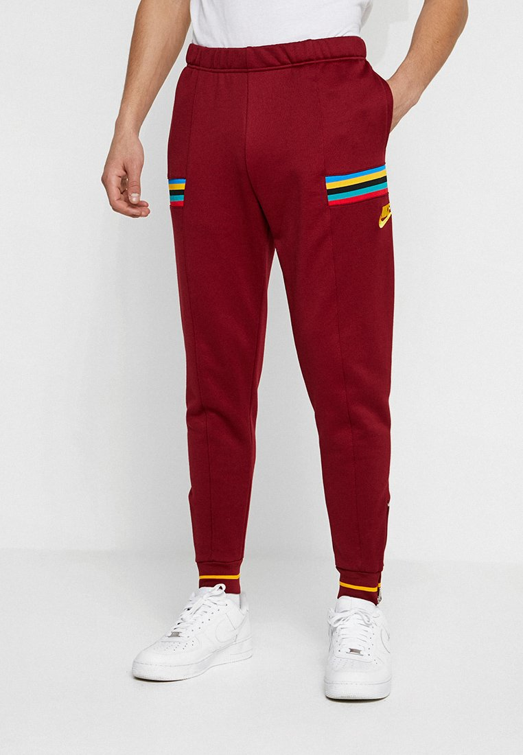 Nike Sportswear - ISSUE PANT - Jogginghose - team red/university gold