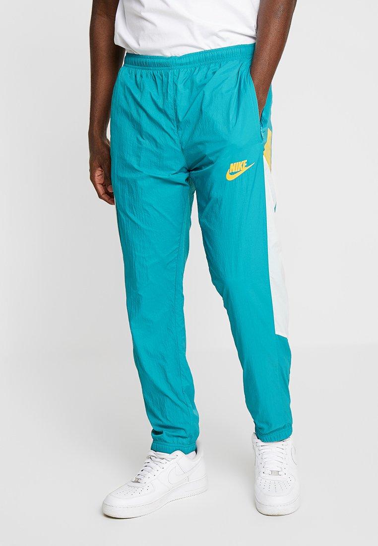 Nike Sportswear - ISSUE PANT - Pantalones deportivos - spirit teal/sail/university gold