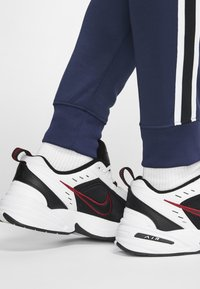 Nike Sportswear - Träningsbyxor - midnight navy/white - 6