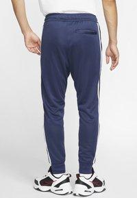 Nike Sportswear - Träningsbyxor - midnight navy/white - 2