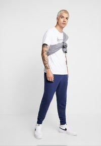 Nike Sportswear - CLUB - Verryttelyhousut - midnight navy - 1