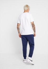 Nike Sportswear - CLUB - Verryttelyhousut - midnight navy - 2