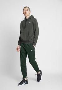 Nike Sportswear - M NSW CLUB JGGR BB - Tracksuit bottoms - sequoia/sequoia/white - 1
