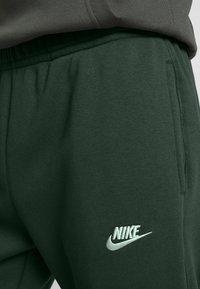 Nike Sportswear - M NSW CLUB JGGR BB - Tracksuit bottoms - sequoia/sequoia/white - 4