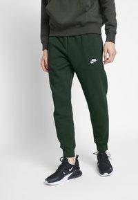Nike Sportswear - M NSW CLUB JGGR BB - Tracksuit bottoms - sequoia/sequoia/white - 0