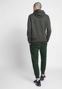 Nike Sportswear - M NSW CLUB JGGR BB - Tracksuit bottoms - sequoia/sequoia/white - 2