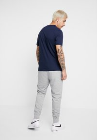 Nike Sportswear - CLUB - Pantalon de survêtement - dark grey heather/matte silver/white - 2