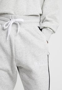 Nike Sportswear - AIR  - Trainingsbroek - grey heather/white/black - 4
