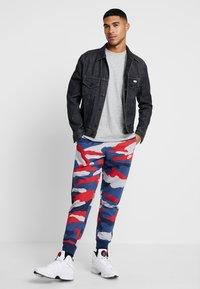 Nike Sportswear - CLUB  - Joggebukse - wolf grey/midnight navy/summit white - 1