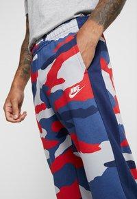 Nike Sportswear - CLUB  - Joggebukse - wolf grey/midnight navy/summit white - 5