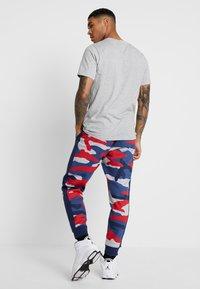 Nike Sportswear - CLUB  - Joggebukse - wolf grey/midnight navy/summit white - 2