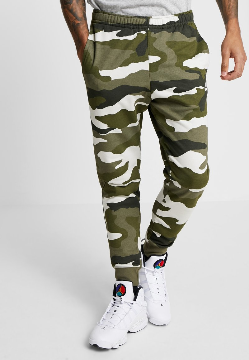 Nike Sportswear - CLUB  - Joggebukse - medium olive/summit white
