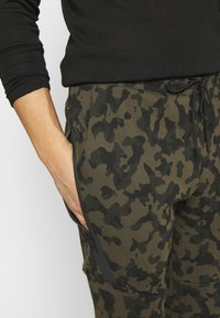 Nike Sportswear - Pantalon de survêtement - medium olive/black - 4