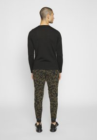 Nike Sportswear - Pantalon de survêtement - medium olive/black - 2