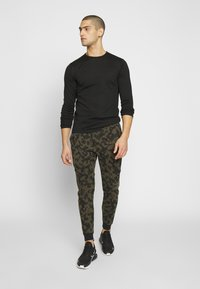 Nike Sportswear - Pantalon de survêtement - medium olive/black - 1