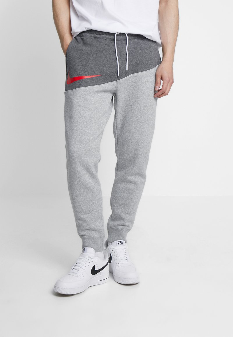 Nike Sportswear - Pantalon de survêtement - charcoal heathr/dark grey heather/university red