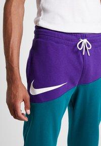Nike Sportswear - PANT  - Träningsbyxor - court purple/geode teal/white - 4