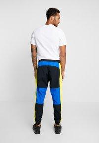 Nike Sportswear - ISSUE PANT - Trainingsbroek - black/midnight navy/volt glow - 2