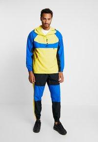Nike Sportswear - ISSUE PANT - Trainingsbroek - black/midnight navy/volt glow - 1