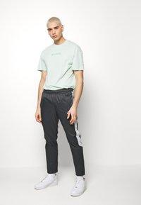 Nike Sportswear - Pantalon de survêtement - anthracite/vast grey/white - 1