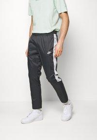 Nike Sportswear - Pantalon de survêtement - anthracite/vast grey/white - 0