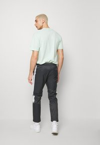 Nike Sportswear - Pantalon de survêtement - anthracite/vast grey/white - 2