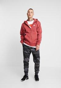 Nike Sportswear - CLUB CAMO - Teplákové kalhoty - dark grey/anthracite/summit white - 1