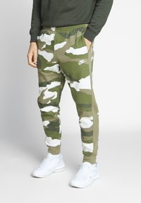 Nike Sportswear - CLUB CAMO - Pantalon de survêtement - medium olive/summit white - 0
