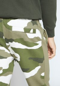 Nike Sportswear - CLUB CAMO - Pantalon de survêtement - medium olive/summit white - 3