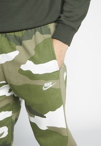 Nike Sportswear - CLUB CAMO - Pantalon de survêtement - medium olive/summit white - 5