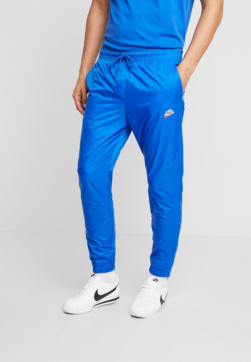 Nike Sportswear - PANT PATCH - Teplákové kalhoty - game royal