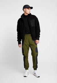 Nike Sportswear - RE-ISSUE PANT  - Trainingsbroek - black/legion green/white - 1