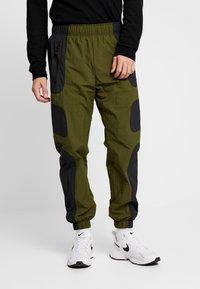 Nike Sportswear - RE-ISSUE PANT  - Trainingsbroek - black/legion green/white - 0