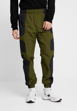 RE-ISSUE - Teplákové kalhoty - black/legion green/white