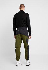 Nike Sportswear - RE-ISSUE PANT  - Trainingsbroek - black/legion green/white - 2
